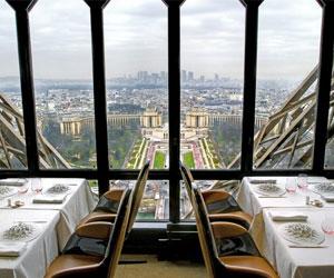 А есть ли рестораны на Эйфелевой башне?